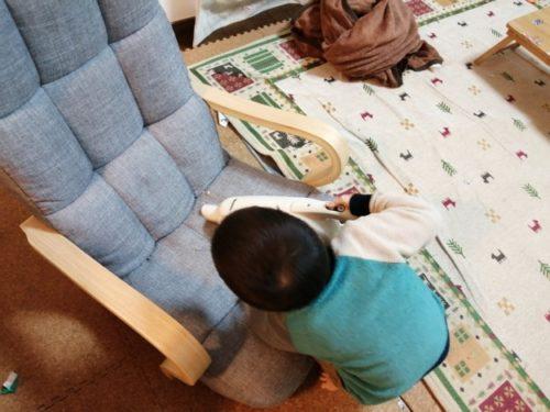 マキタ掃除機をかける4歳児
