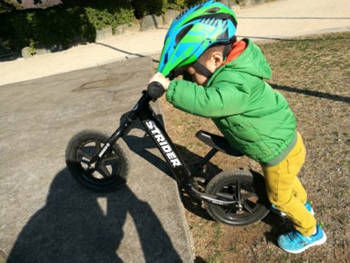ストライダーを軽々と持ち上げる2歳児