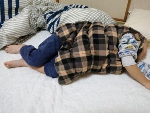 ヌクンダウンスリーパーSサイズを着て寝ている4歳児