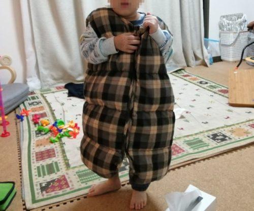nuqunダウンスリーパーを着て立っている4歳児