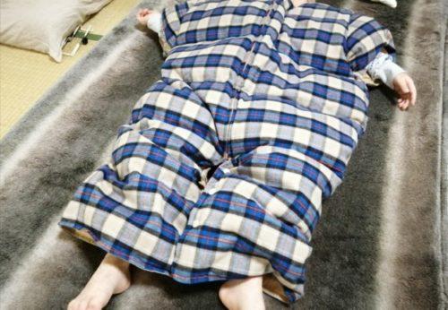 ヌクンダウンスリーパーMサイズを着て寝ている4歳児