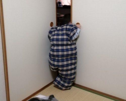 ヌクンダウンスリーパーMサイズを着て立っている画像